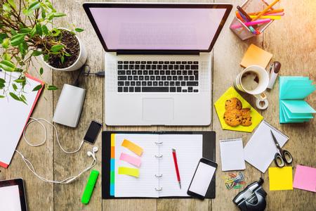 Luchtfoto van de laptop met andere moderne electonic apparaten op het bureau. Modern hipster kantoor interieur