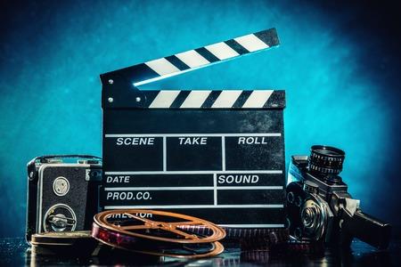 Retro filmproductie accessoires stilleven. Concept van het filmmaken. Rook effect op de achtergrond