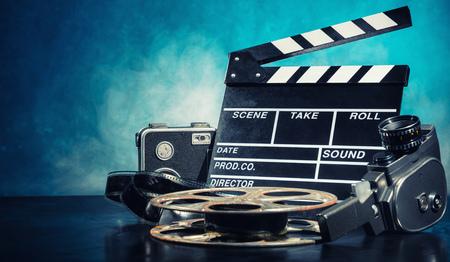 tablero: Retro accesorios de producción de películas de naturaleza muerta. Concepto de la cinematografía. efecto sobre el fondo del humo