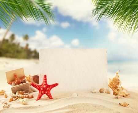 여름 모래 해변 메시지에 대 한 빈 오래 된 종이와 배경에 바다를 덩어리 죠. 여름 이국적인 휴식 개념입니다. 텍스트 Copyspace