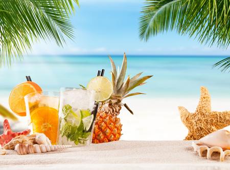 cocteles de frutas: cócteles de verano con la playa de la falta de definición en el fondo Foto de archivo