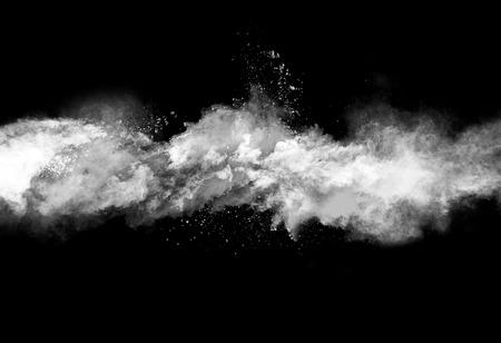 검정색 배경에 고립 된 흰색 분말 폭발