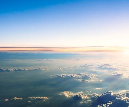 cielo de nubes: Hermosa puesta de sol sobre las nubes desde la perspectiva del avión