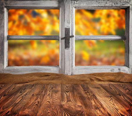 Herbst-Stillleben Mit Tasse Tee Auf Holzplanken, Vor Holzfenster ...