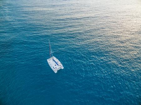 Veduta aerea del catamarano sailling in mare aperto oceano Archivio Fotografico