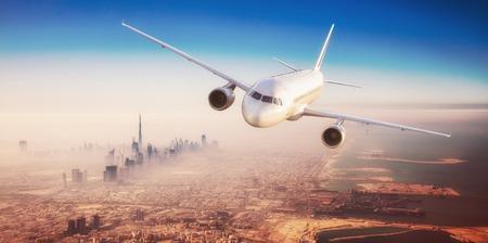 Commerciële vliegtuig vliegen over moderne stad met wolkenkrabbers