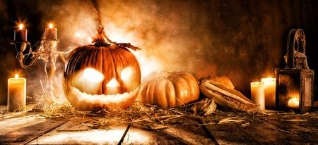 Scary Halloween pompoen op houten planken. Lege ruimte voor tekst