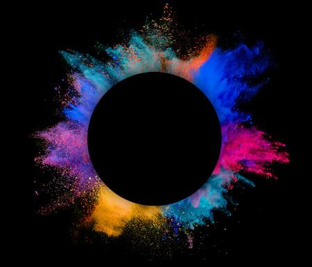 검은 배경에 고립 내부 copyspace와 색깔의 분말의 폭발,