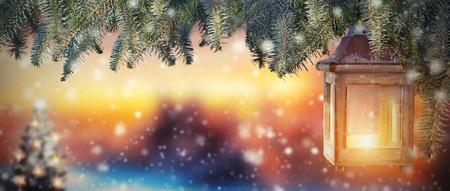 석양 빛에 크리스마스 랜 턴입니다. 눈 덮인 배경 흐리게. 텍스트 Copyspace
