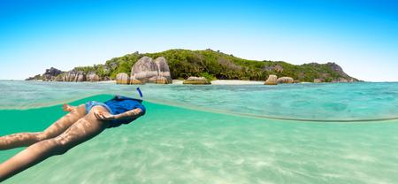 Jeune femme, snorkling, à côté de, île tropicale, dans, peu profond, eau Banque d'images