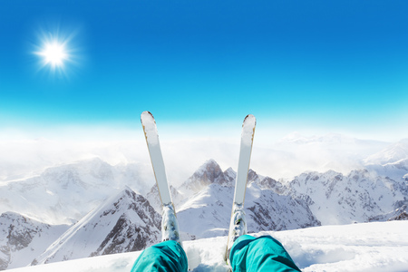 Detail of alpine skier legs, watching the valley panorama. Winter equipment, vacation concept, copyspace for text Stockfoto