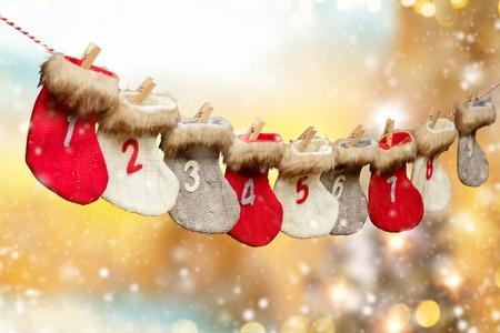 Advent kalender gemaakt van sokken, abstracte vage lichten op de achtergrond