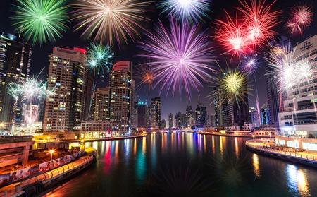 두바이, 아랍 에미리트, 밤하늘에 신년 불꽃 놀이 쇼
