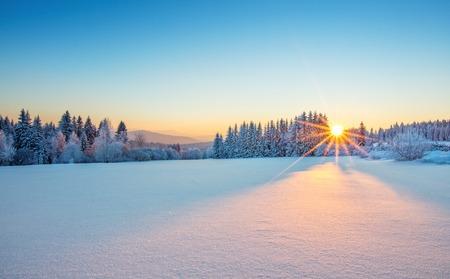겨울 산 풍경에 장엄한 일출입니다. 고해상도 이미지 스톡 콘텐츠