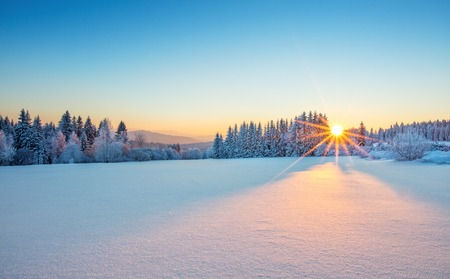 Majestueuze zonsopgang in het landschap van de winterbergen. Hoge resolutie afbeelding Stockfoto - 69271618