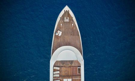 本文 copyspace の海に大きな高級ヨットの空中のクローズ アップ ビュー 写真素材