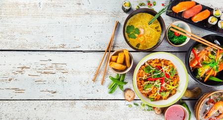 Cibo asiatico servito su bianco tavola di legno, vista dall'alto, spazio per il testo. set cucina cinese e vietnamita. Archivio Fotografico - 72245557
