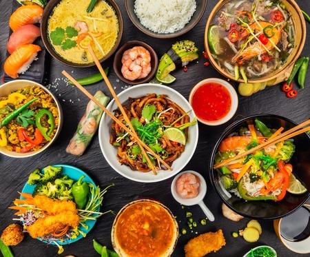 Asiatisches Essen serviert auf schwarzem Stein, Ansicht von oben. Chinesische und vietnamesische Küche gesetzt.