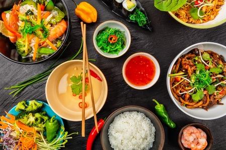 Cuisine asiatique servie sur pierre noire, vue de dessus. Ensemble de cuisine chinoise et vietnamienne. Banque d'images