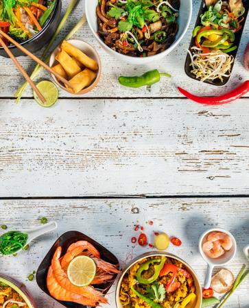 comida asiática servido en blanco mesa de madera, vista desde arriba, el espacio para el texto. juego de cocina china y vietnamita.