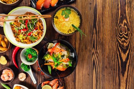 아시아 음식은 오래 된 나무 테이블, 상위 뷰, 텍스트를위한 공간에 재직했습니다. 중국과 베트남 요리 세트.