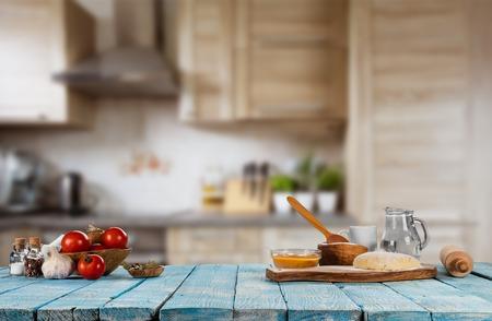 Pečící přísady umístěné na dřevěném stole, připravené k vaření. Copyspace pro text. Koncepce přípravy jídla, kuchyně na pozadí.