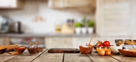 Baking ingrediënten geplaatst op houten tafel, klaar om te koken. Copyspace voor tekst. Concept van voedselbereiding, keuken op de achtergrond. Stockfoto