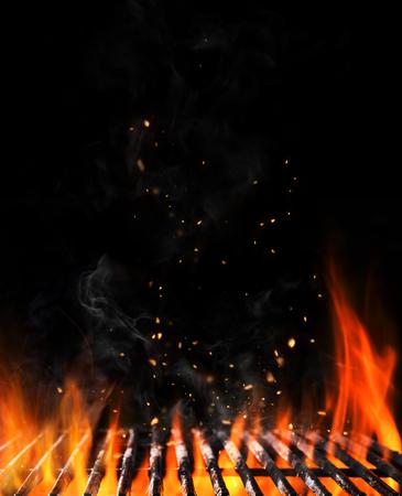 Grille de charbon en flamme vide avec feu ouvert, prêt pour le placement de produit. Concept de barbecue à l'été, barbecue, barbecue et fête. Copyspace noir