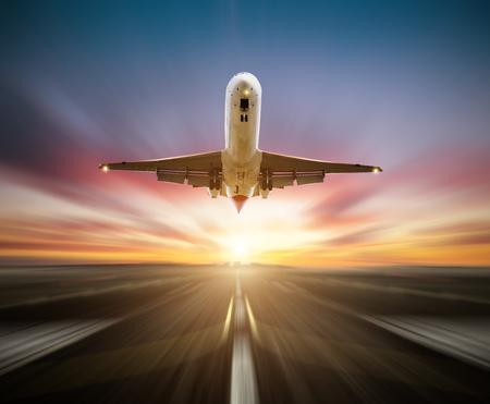 旅客飛行機、離陸滑走路はぼかしの背景として運動効果。高速旅行と交通機関の概念