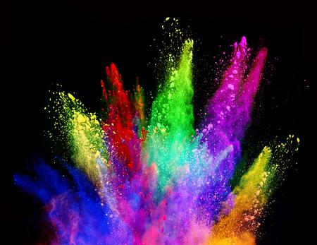 Explosie van gekleurd poeder, geïsoleerd op zwarte achtergrond. Kracht en kunstconcept, abstracte blust van kleuren. Stockfoto