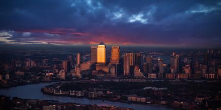 都市ロンドン、イギリス、ヨーロッパの現代部分の美しい夕日。グローバル ・ ファイナンスの主要なセンターの一つ。 写真素材