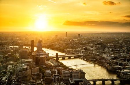 旧市街と市ロンドのモダンな高層ビルに沈む夕陽。多くの橋、イギリス、ヨーロッパとテムズ川。