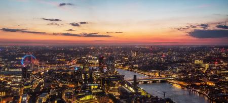 ロンドン ・ アイのホイールと川テムズ、イギリス、ヨーロッパの橋ロンドン市内旧市街の美しい夕日は。