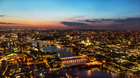 美しい夕日の記念碑的なセント ・ ポール大聖堂、川テムズ、イギリス、ヨーロッパの橋とロンドンの街で。