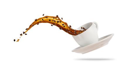 Tazza bianca della porcelaine con la spruzzatura del liquido del caffè isolato su fondo bianco. Bevanda calda con spruzzi, bevande e rinfresco.