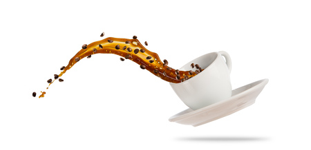 Porcelaine witte kop met het bespatten van koffievloeistof die op witte achtergrond wordt geïsoleerd. Warm drankje met plons, drankjes en verfrissing.