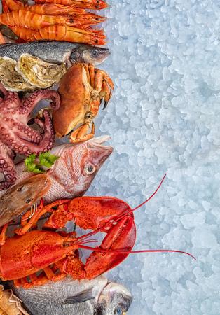 Homard entier avec fruits de mer, crabes, crevettes, poulpes, huîtres et autres coquillages servis sur de la glace pilée.