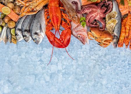 Aragosta intera con frutti di mare, granchio, gamberi, pesce, bistecca di salmone, polipo, ostriche e altri gusci serviti su ghiaccio tritato. Archivio Fotografico - 78103970