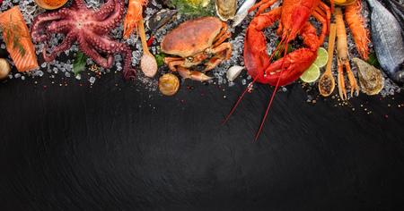 黒いスレート石にて魚介類、カニ、ムール貝、エビ、魚、サーモン ステーキ、サバ、他のシェルにロブスター 写真素材 - 78700841