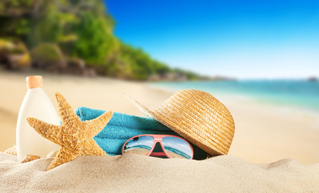 Tropical beach with sunbathing accessories, summer holiday background. Travel and beach vacation, free space for text. Stockfoto