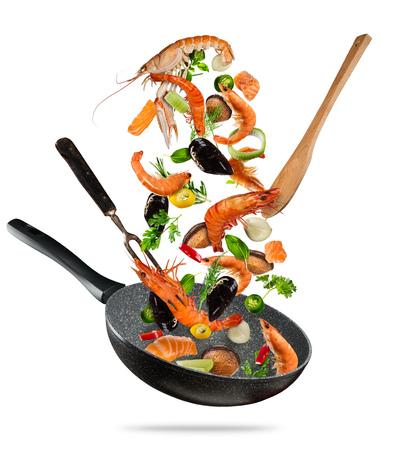 Légumes frais de la mer, voler dans une casserole, isolé sur fond blanc. Préparation des aliments, repas frais prêt à cuisiner. Très haute résolution Banque d'images - 80283426