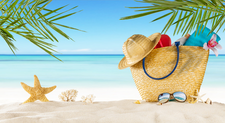 일광욕 액세서리, 여름 휴가 배경 가진 열 대 해변. 여행 및 해변 휴가, 텍스트를위한 여유 공간.