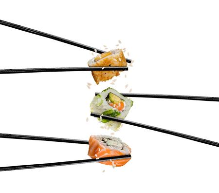 Sushi stukken geplaatst tussen eetstokjes, gescheiden op witte achtergrond. Populair sushi eten. Zeer hoge resolutie afbeelding