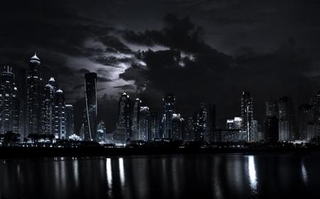 극적인 하늘이 현대 두바이 마리나 고층 빌딩의 밤 장면. 두바이는 UAE의 현대적인 도시입니다.