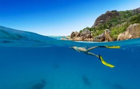 아름 다운 바다 sealife, 물 사진 위의 탐험 스노클링 여자. 여행 라이프 스타일, 수상 스포츠 야외 활동, 수영과 여름 해변 휴가 스노클링.