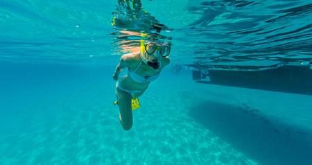 Snorkelen vrouw die prachtige oceaan sealife, onderwaterfotografie, verkent. Reis lifestyle, watersport outdoor activiteiten, zwemmen en snorkelen op zomervakantie. Stockfoto