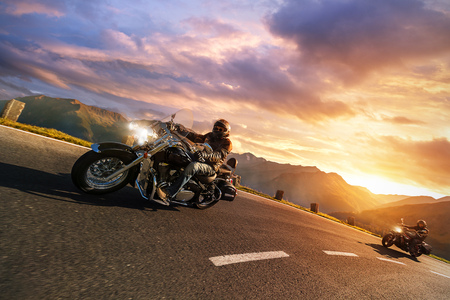 アルペンに乗ってドライバー高速道路、Hochalpenstrasse、オーストリア、ヨーロッパをオートバイします。野外撮影の山の風景。旅行やスポーツの写真