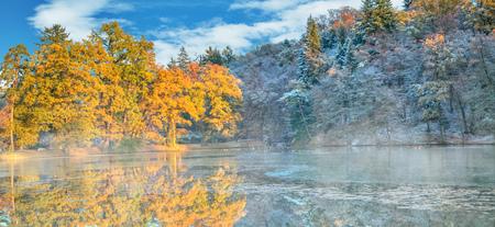 Mooie gekleurde bomen met meer in de herfst, landschap fotografie. Late herfst en vroege winterperiode. Buiten en natuur.
