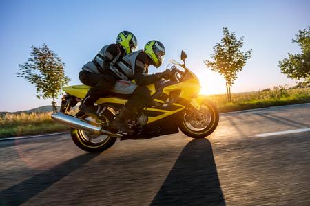 荒涼は日没にスポーツバイクに乗っています。屋外写真、ヨーロッパの風景。旅行とスポーツ写真。スピードと自由のコンセプト