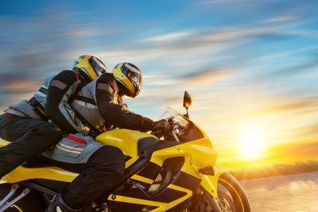 오토바이 타고 오토바이 스포츠 오토바이에. 야외 사진, 유럽 풍경입니다. 여행 및 스포츠 사진. 속도와 자유 개념 스톡 콘텐츠